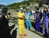 説明を聞く漁師たち