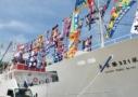 沢山の大漁旗を掲げる漁船