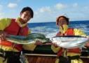 釣った魚を抱える漁師たち